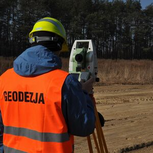 surveyor-geodesy-total-station